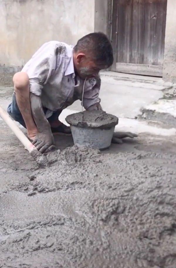 Hình ảnh xúc động: Người thợ hồ dùng miệng xách vữa để mưu sinh - Hình 1