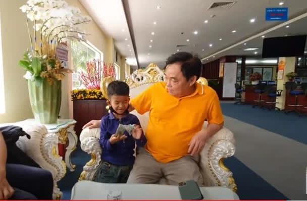 Con người thật của ông Huỳnh Uy Dũng được tiết lộ trong cuộc gặp với em bé nghèo theo mẹ đến Đại Nam - Hình 3