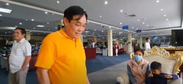 Con người thật của ông Huỳnh Uy Dũng được tiết lộ trong cuộc gặp với em bé nghèo theo mẹ đến Đại Nam - Hình 1