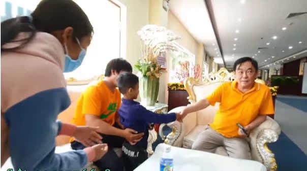 Con người thật của ông Huỳnh Uy Dũng được tiết lộ trong cuộc gặp với em bé nghèo theo mẹ đến Đại Nam - Hình 2