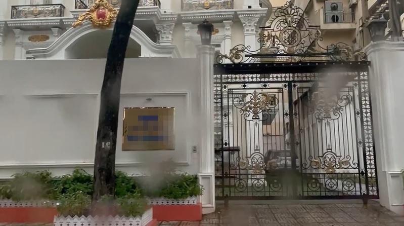Trang Trần đội mưa ghé thăm lâu đài nhà bà Hằng, vẫn bị nữ đại gia mắng tiểu nhân đê hèn: Thấy bảo vệ nhà chị ra liền chạy cong đuôi - Hình 12