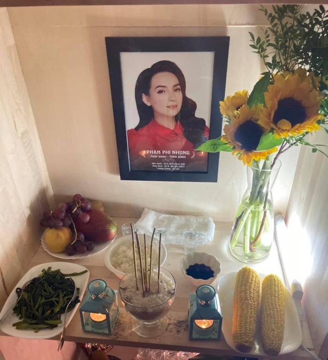 Em trai ruột cố ca sĩ Phi Nhung lập bàn thờ, đội tang chị ở Mỹ, lời tiễn biệt gây xúc động - Hình 1