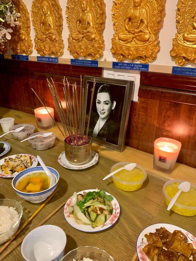 Lễ cầu siêu cho Phi Nhung tại Mỹ: Con gái suy sụp trước di ảnh mẹ, Trizzie Phương Trinh, Hồng Đào có mặt chia buồn - Hình 3