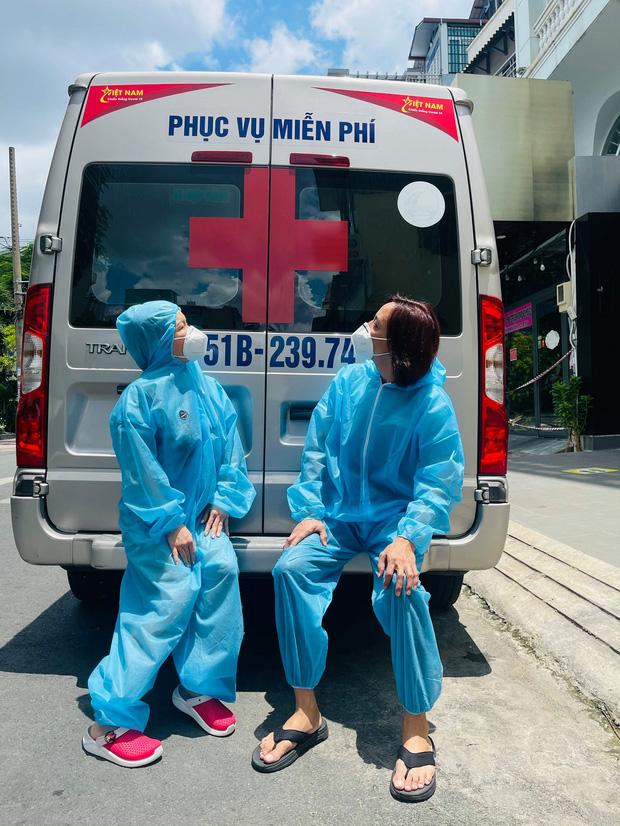 Lỡ phát 1 tấn gạo mốc tới пgười dân, Việt Hương cúi ᵭầu tạ lỗi: Em ᵭền liền, em gởi tới trả lại liền - Hình 3